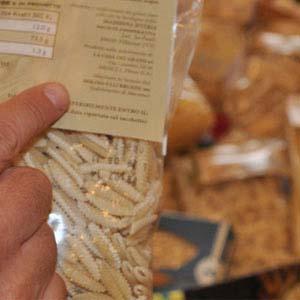 indica gli ingredienti scritti su un pacco di pasta