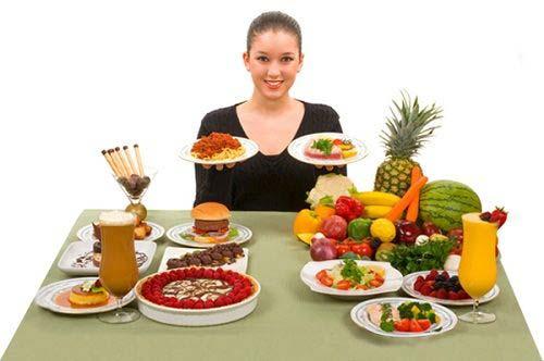 Tavola imbandita con frutta e verdura